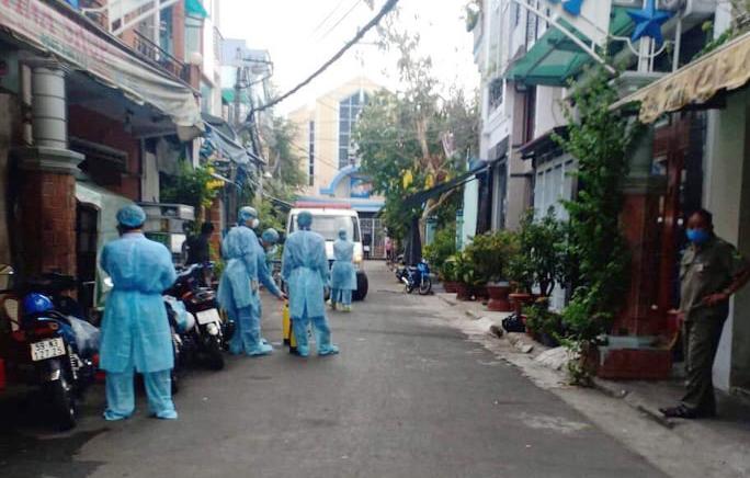 Nhân viên y tế  thực hiện khử trùng tại quận Tân Bình, TPHCM