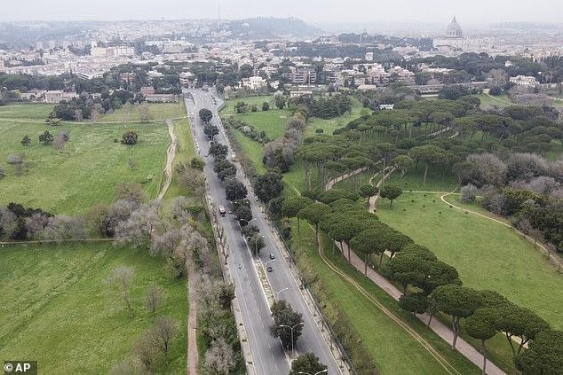 Một công viên tại Rome, Ý vắng bóng người do lệnh cấm tụ tập.