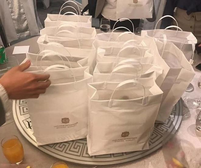 Nhiều cặp cô dâu chú rể ở Hồng Kông chọn dịch vụ gói thức ăn để khách mang về nhà tự thưởng thức thay vì đãi khách tại các bàn tiệc trong nhà hàng. Hôn lễ vẫn diễn ra bình thường nhưng các khách mời sẽ không được phục vụ thức ăn, đồ uống và được yêu cầu đeo khẩu trang trong suốt buổi lễ. Nhiều ý kiến cho rằng, đám cưới tổ chức như thế không khác gì việc gọi món từ ứng dụng đặt đồ ăn, không có ý nghĩ gì nữa.