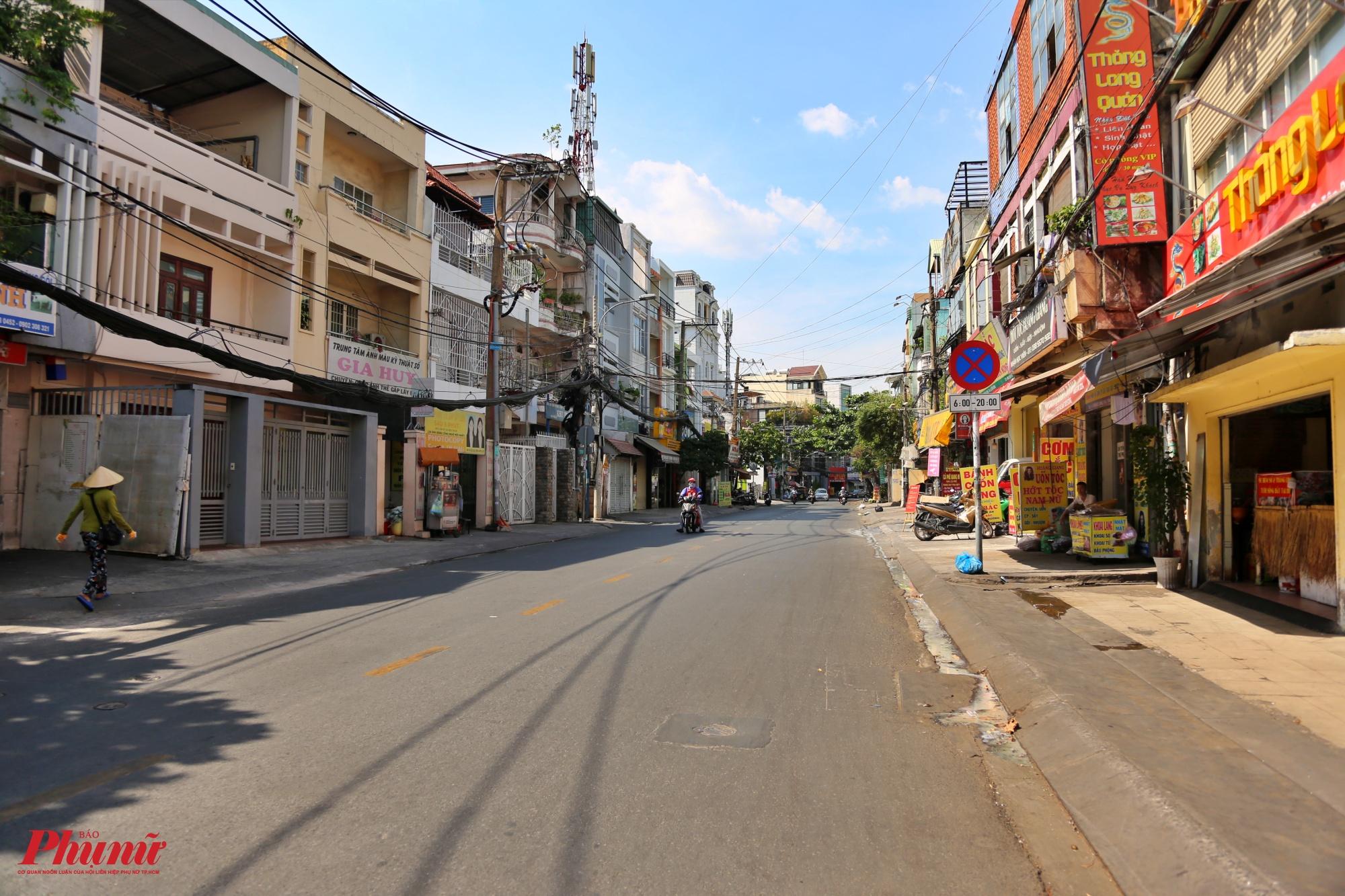 Người dân hạn chế ra đường Thăng Long, quận Tân Bình gần khu vực sân bay Tân Sơn Nhất