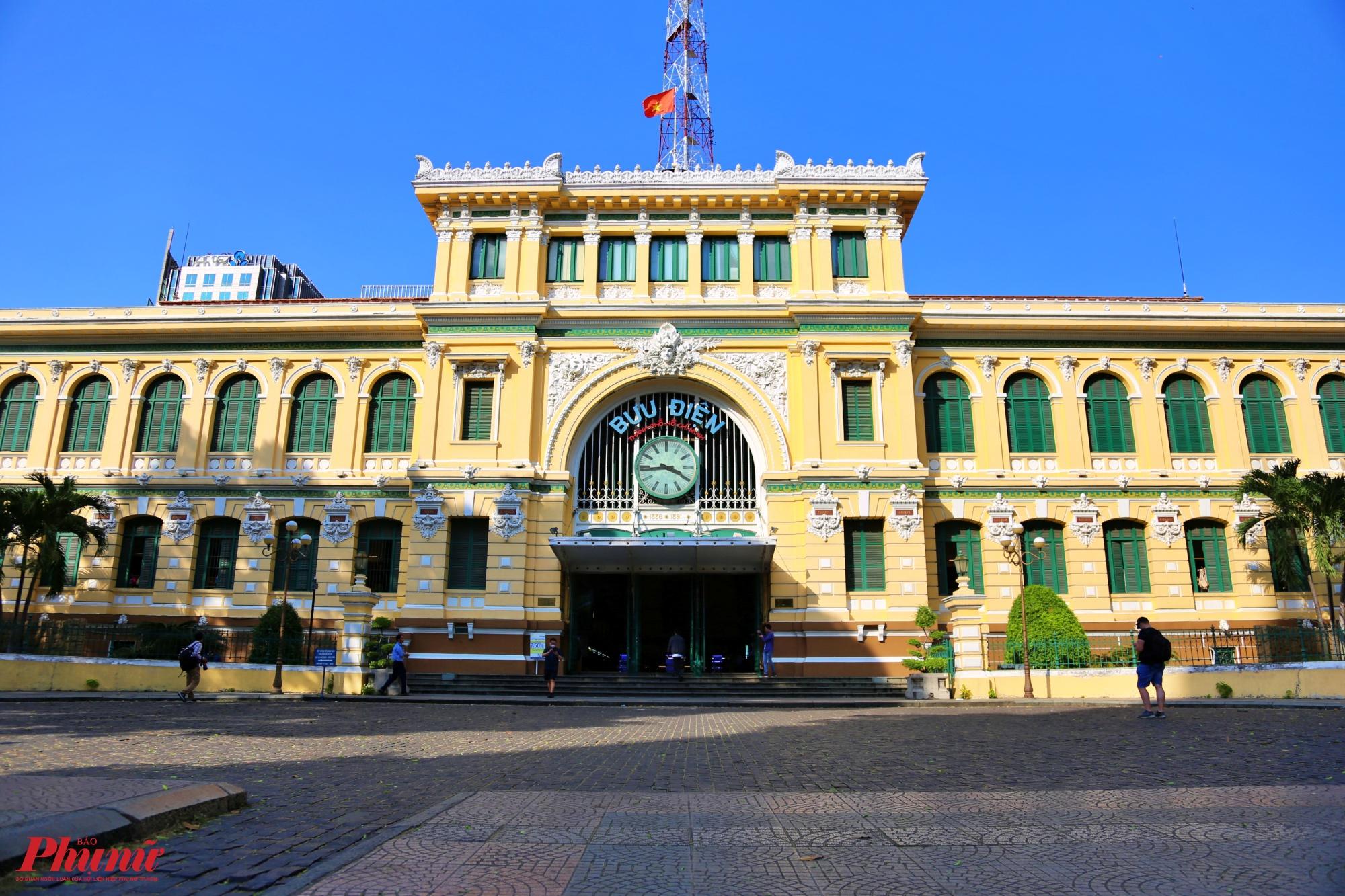 Bưu điện TPHCM nằm ngay bên cạnh nhà thờ Đức Bà cũng chịu chung cảnh đìu hiu vắng vẻ.
