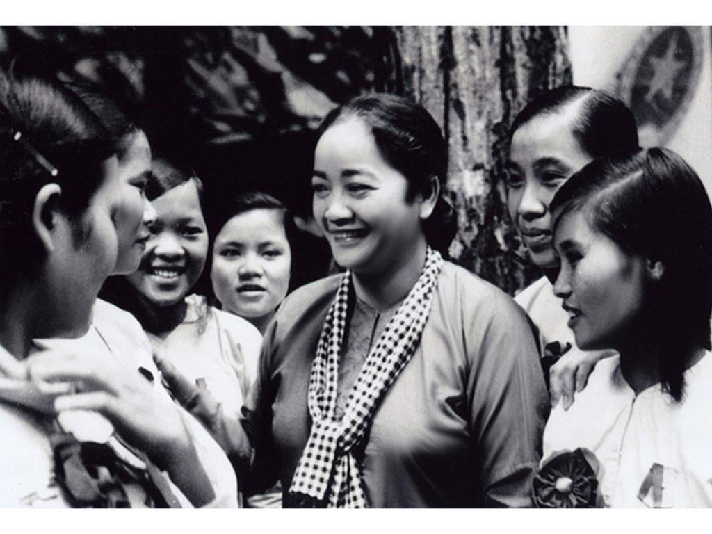 Bà Ba Định gặp gỡ chị em phụ nữ trong kháng chiến.