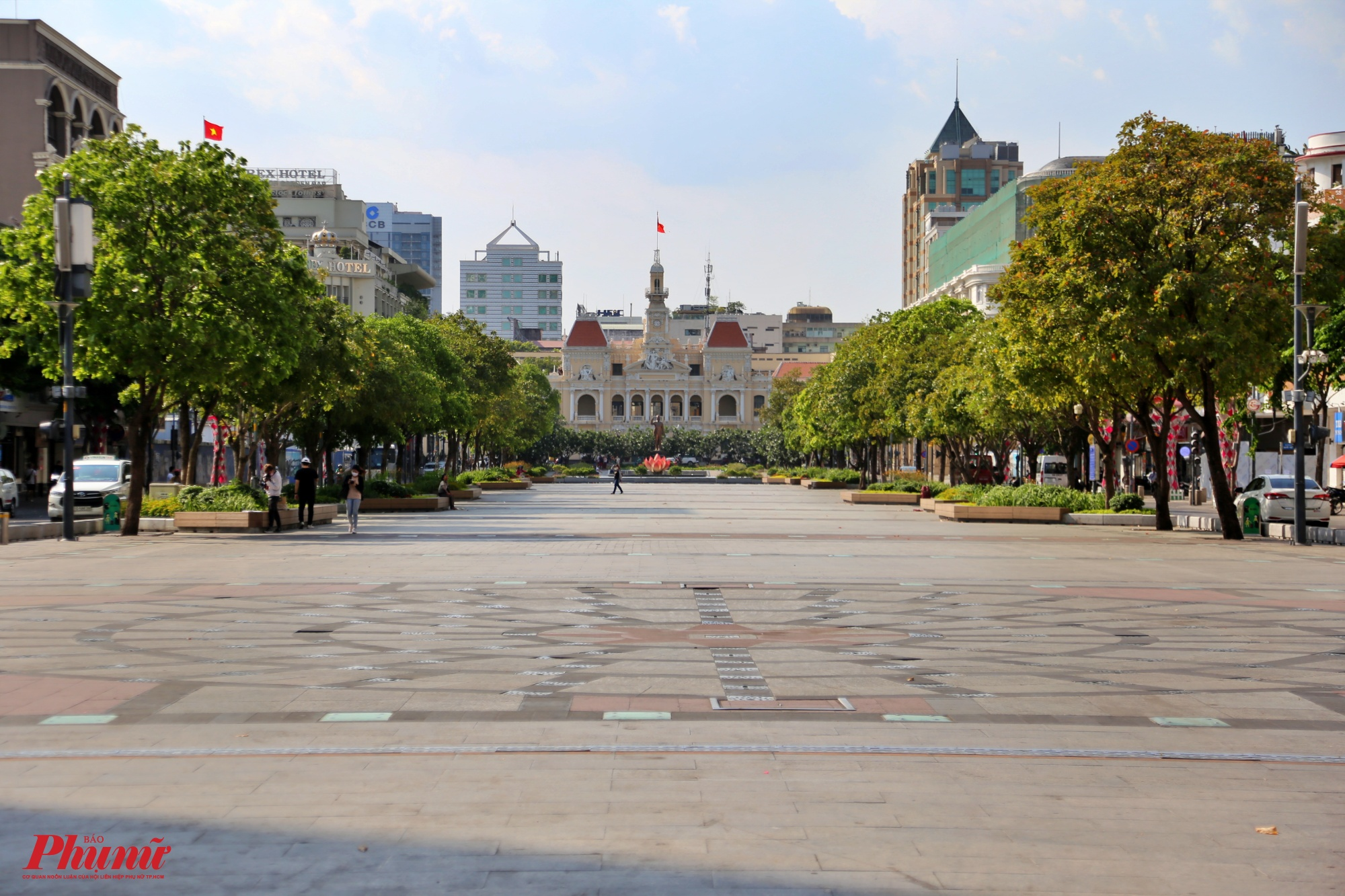 Khu vực đường đi bộ Nguyễn Huệ, đoạn trước UBND TPHCM ghi nhận vào lúc 16h chiều thì quang cảnh rất vắng vẻ, chỉ lát đát chỉ một vài người đi qua lại