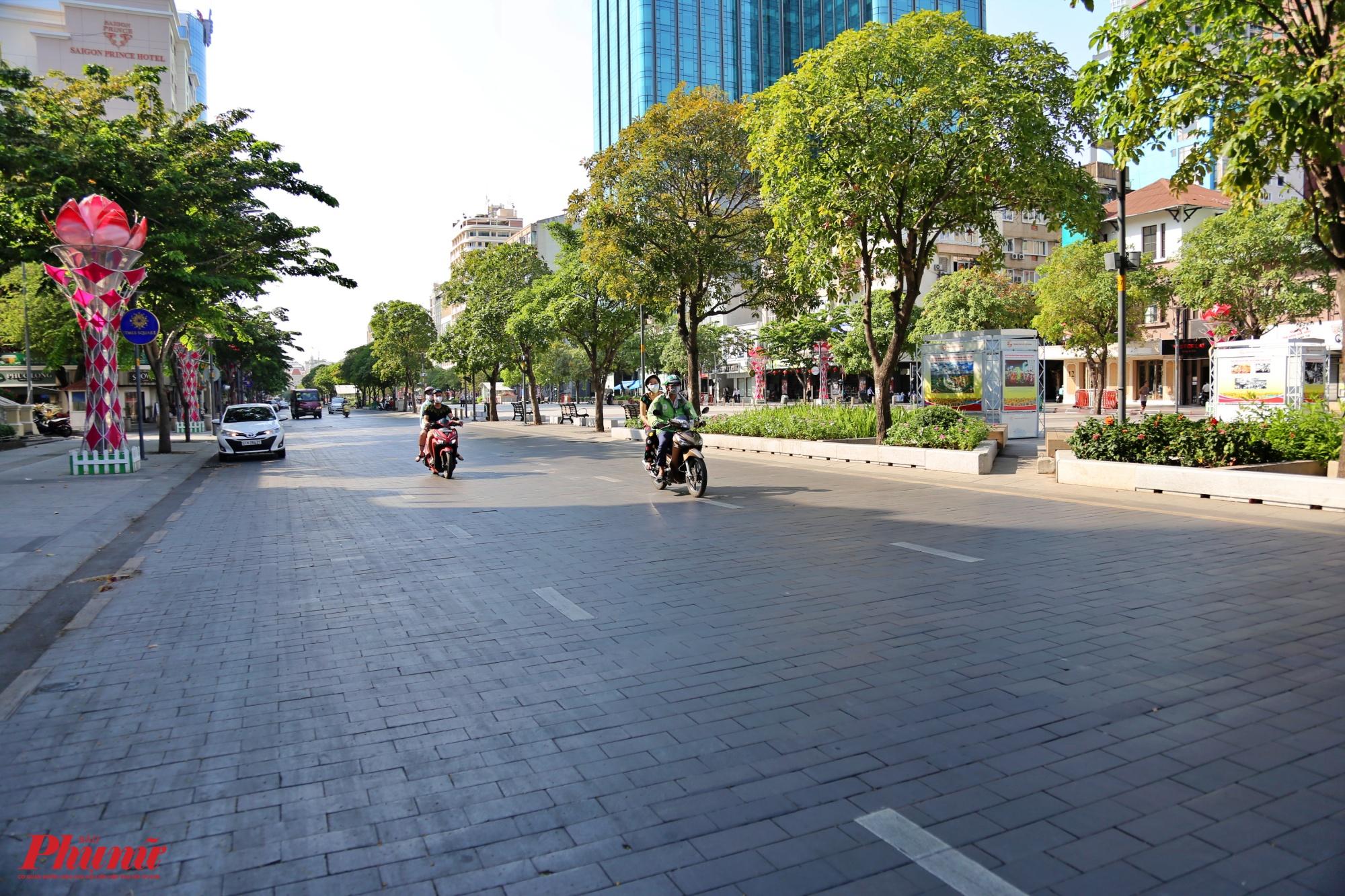Một vài chiếc xe lát đát chạy trên đường đi bộ Nguyễn Huệ, quận 1