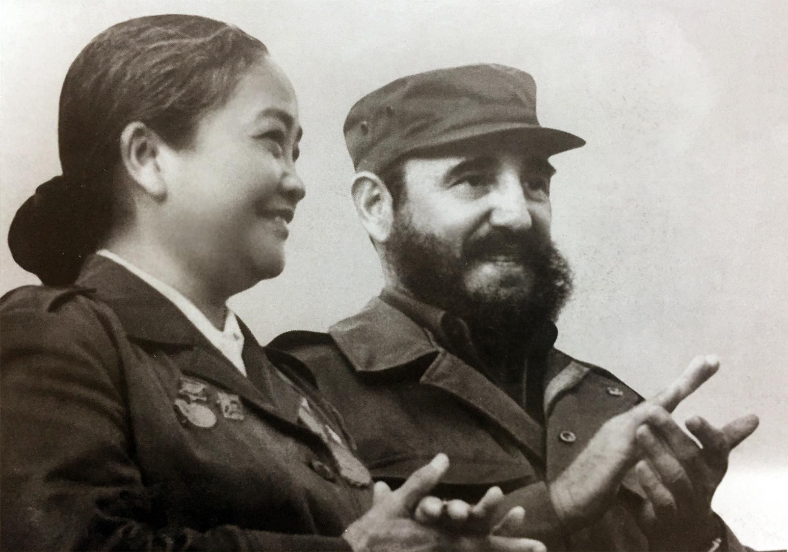 Bà Nguyễn Thị Định và Chủ tịch Cuba Phidel Castro (18/7/1974)