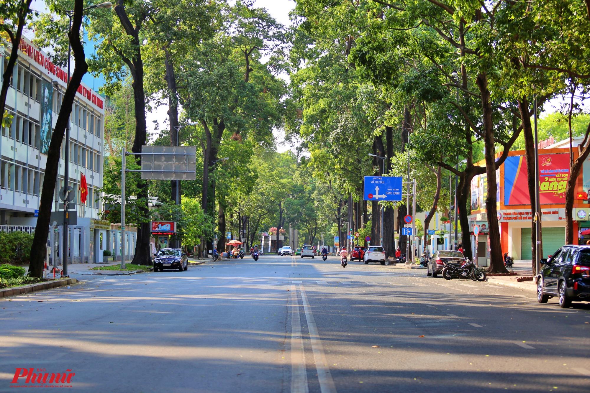 Đường Phạm Ngọc Thạch quận 1 hướng từ Hồ Con Rùa ra nhà thờ Đức Bà, thường ngày có rất đông các phương tiện ô tô, xe máy, tuy nhiên ngày cuối tuần vắng vẻ một cách lạ thường
