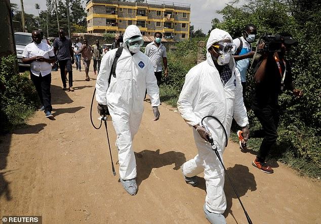 Nhân viên y tế Kenya mặc đồ bảo hộ đến khử trùng nơi cư trú của trường hợp nhiễm COVID-19 đầu tiên tại quốc gia ở thị trấn Rongai gần Nairobi.