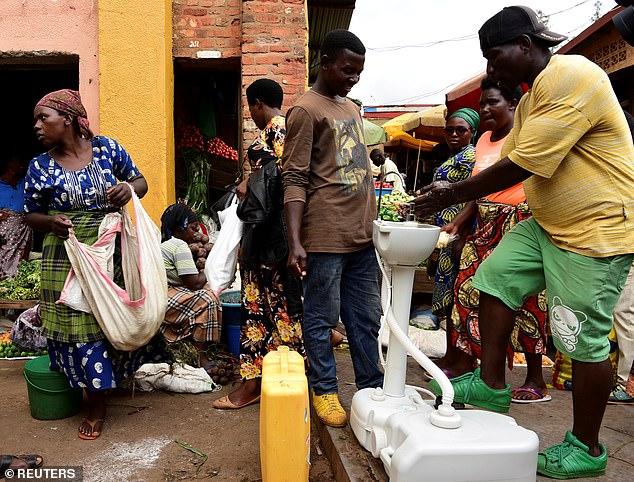 Rwanda đã đặt các bồn rửa với xà phòng và chất khử trùng trên đường phố để người đi lại sử dụng trước khi lên xe buýt.