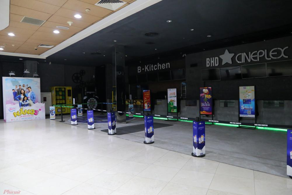 Rạp BHD nằm trong toà nhà Bitexco, quận 1 tắt đèn, khu vực bán vé được quây tại.