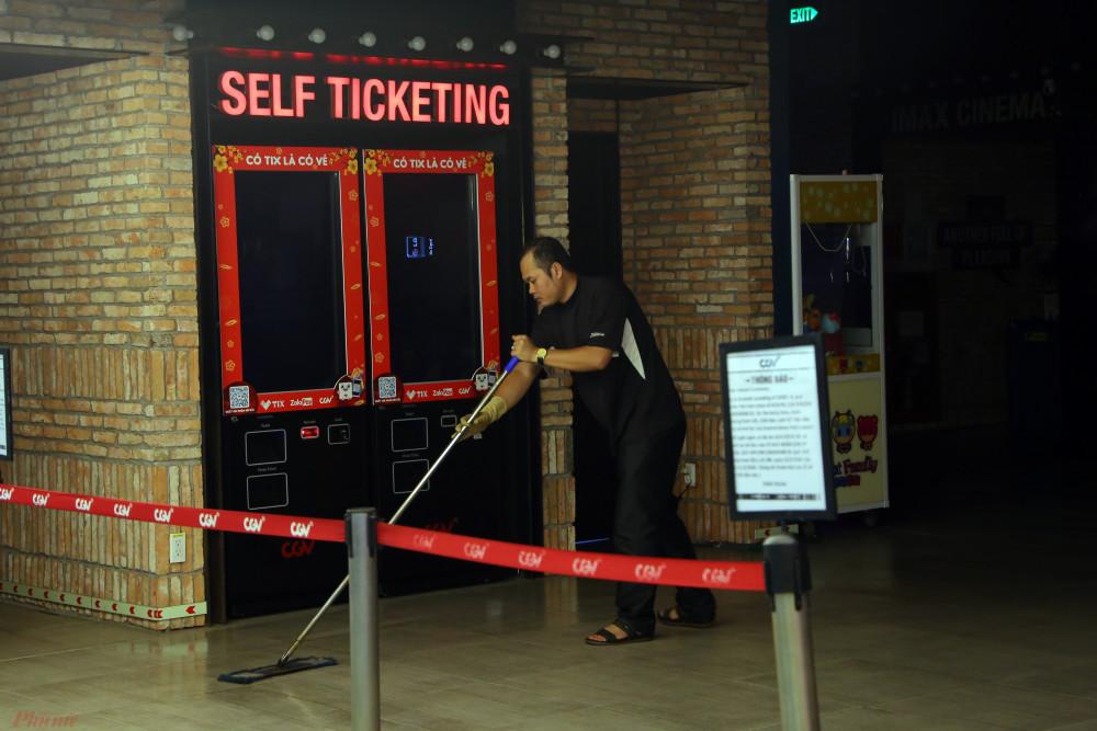 Nhân viên lau dọn tại rạp CGV nằm trong Landmark, Bình Thạnh. Rạp đóng cửa từ 18g ngày 15/3.