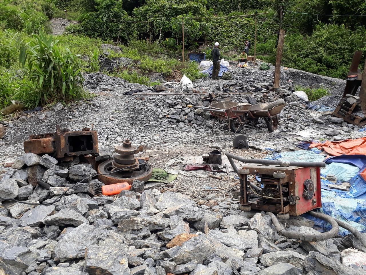 Được biết 11 lao động người dân tộc Khơ Mú (tỉnh Nghệ An) bị đưa vào 1 bào vàng trái phép ở xã Đăk Ring (huyện Nam Giang) để làm việc.