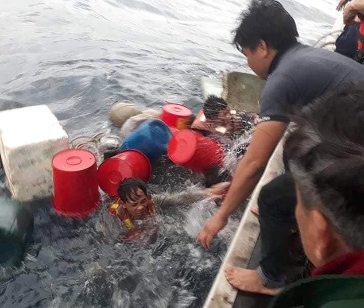 6 ngư dân ôm can nhựa lênh đênh trên biển suốt nhiều giờ liền