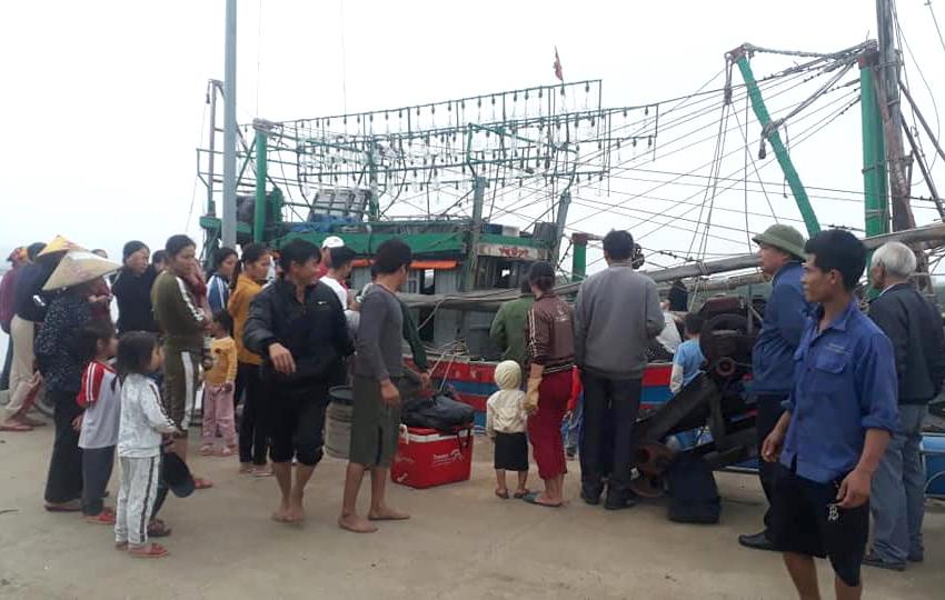Người dân chờ đón đưa nhóm ngư dân gặp nạn vào bờ