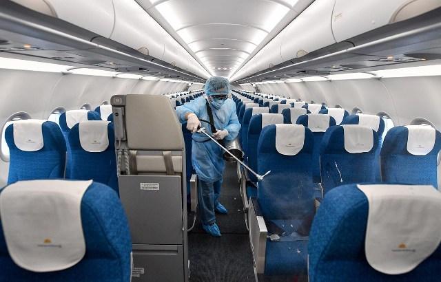 Cơ quan y tế phun khử trùng trên tàu bay.