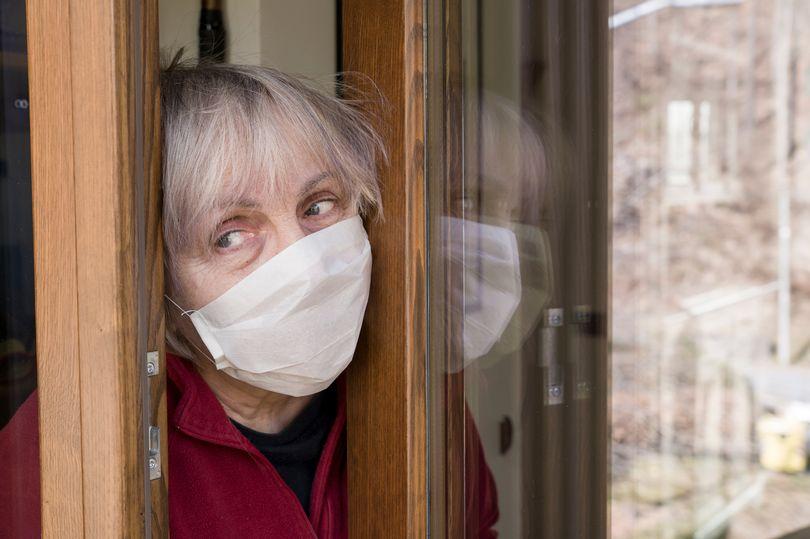 Người lớn tuổi được xem là đối tượng dễ gặp nguy hiểm nhất đến tính mạng nếu nhiễm COVID-19. Vì vậy chính phủ Anh đang tìm cách cô lập để bảo vệ bộ phận dân số này.