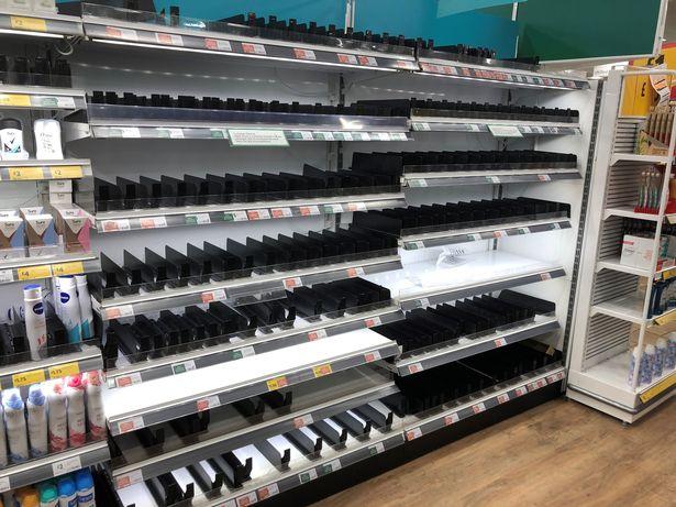 Một kệ hàng chất tẩy rửa và khử khuẩn bị vét sạch tại siêu thị ở Nottingham.