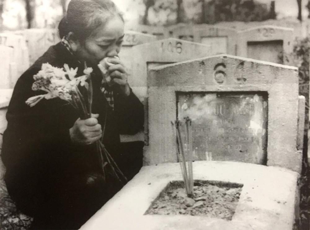 Bà Nguyễn Thị Định bên mộ con trai Nguyễn Văn On tại nghĩa trang Văn Điển Hà Nội (1974) - Ảnh tư liệu