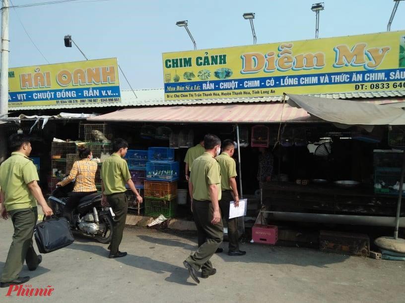 Lực lượng kiểm lâm tiếp cận các chủ sạp buôn vào sáng 16/3 để tuyên truyền pháp luật về bảo vệ ĐVHD. Ạn: H.C
