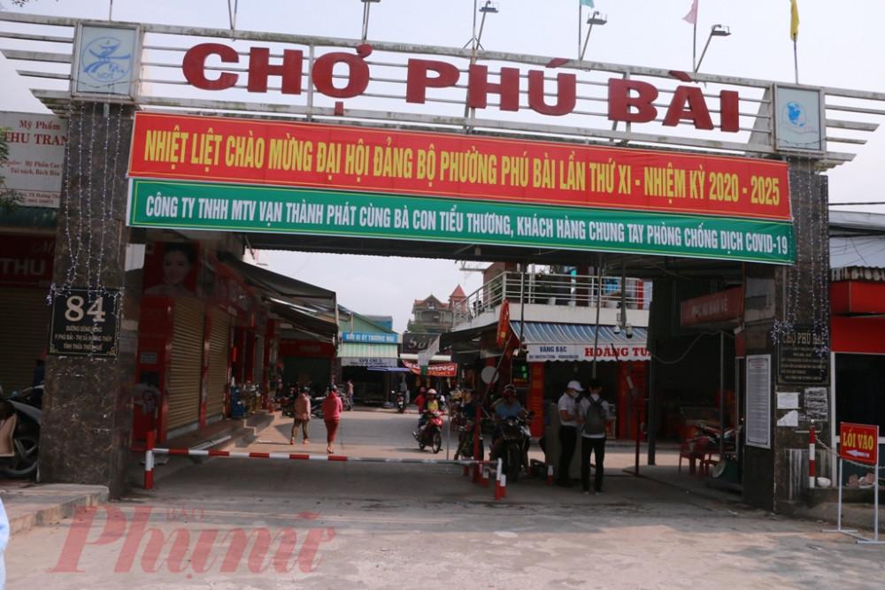 Từ sáng sớm ngày 16/3 chợ Phú Bài đã triển khai  hoạt động này đối với các gian hàng cũng như tất cả, khách hàng đến mua bán, trao đổi hàng hóa ở ngôi chợ này