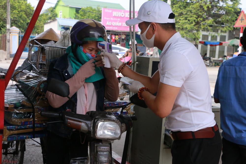 Thoạt đầu nhiều bà con đến chợ khi qua cổng chợ thấy bị làm phiền vì phải dừng xe lại kiểm tra Y tế, và bị bảo vệ chợ nhắc nhở mang khẩu trang