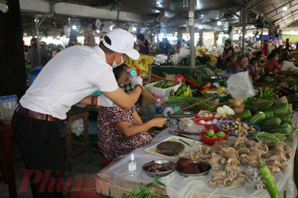 Trong buối sáng có hơn 200 tiểu thương chọ Phú Bài đã được đo thân nhiệt , không có trường hợp nào biểu hiện sốt cao,