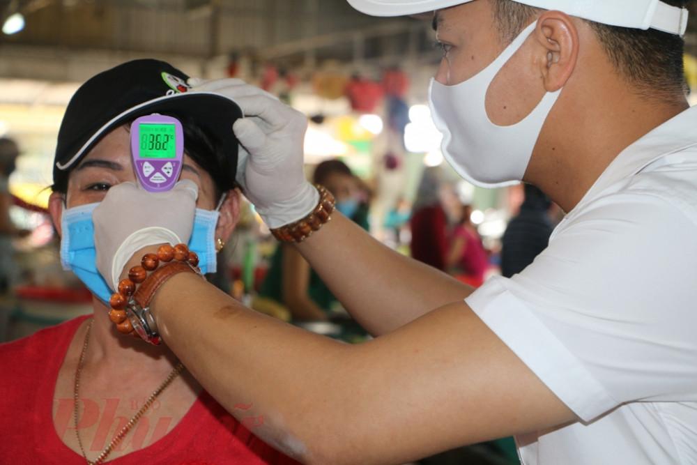 Với việc kiểm tra thân nhiệt chặt chẽ này sẽ giúp Ban quán lý chợ Phú Bài kiểm tra tốt tình hình lây nhiễm bệnh COVID-19 trên đại bàn chợ