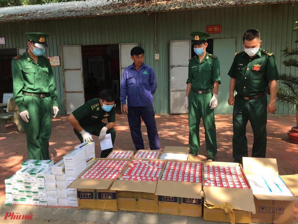 Lực lượng chức năng kiểm đếm 1.338 hộp tân dược vừa bắt giữ được.