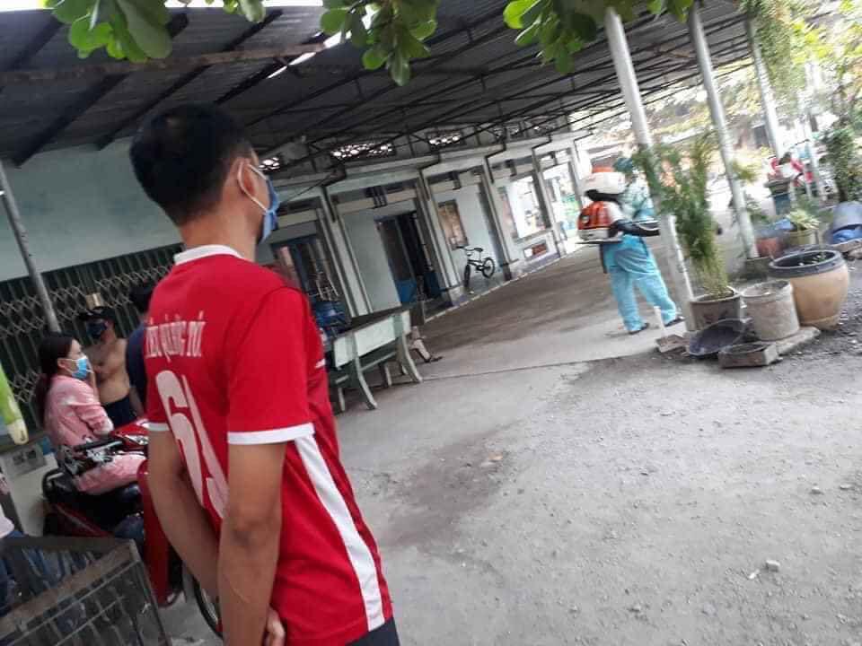 Lực lượng chức năng phun thuốc khử trùng tại phường Bình Chuẩn