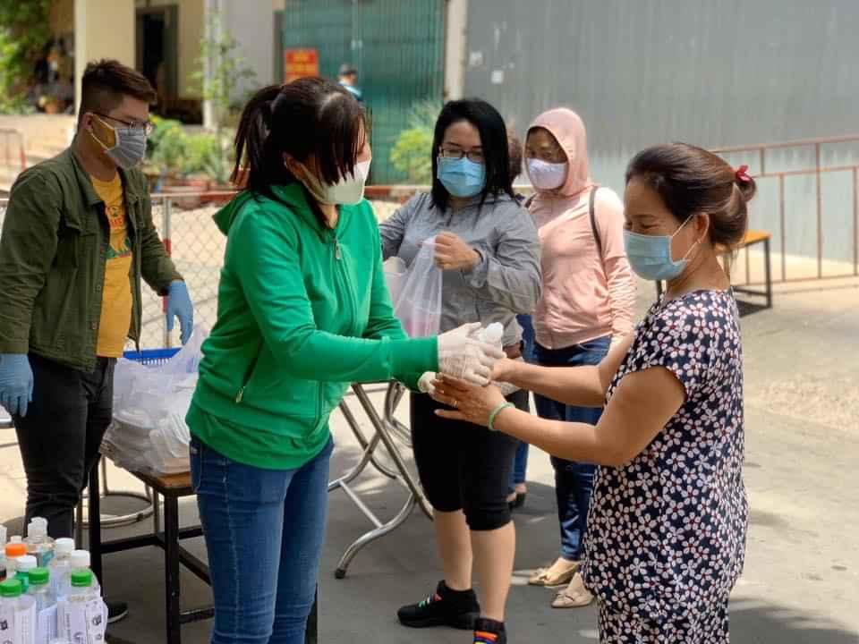 Bà Lê Thị Thu Hồng - Chủ tịch Hội LHPn Quận 10, tặng nước sát khuẩn cho bà con chung cư Hòa Bình
