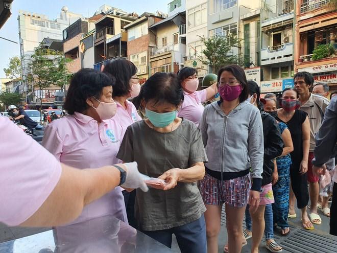 Chiếc khẩu trang của Hội cũng được trao tận tay những người lao động, xe ôm nghèo của phố.