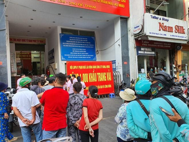 Nhiều người dân trên địa pba2n phường, các khách vãng lai, cũng đến xếp hàng nhận khẩu trang