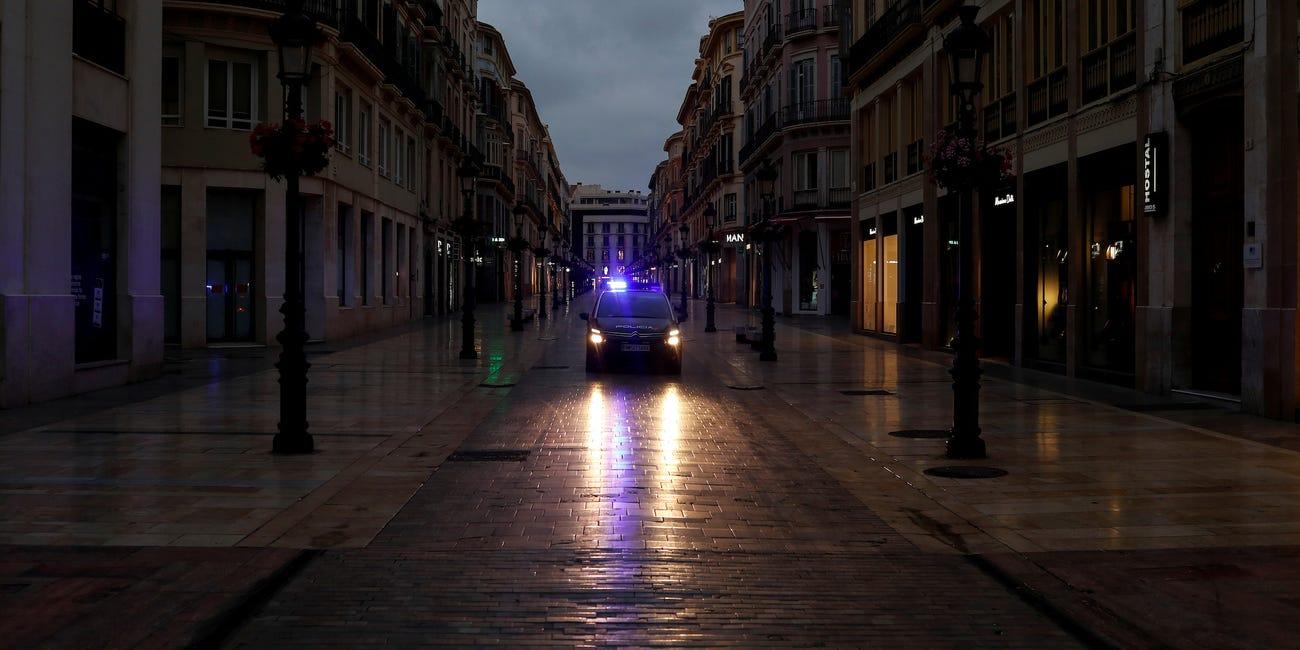 Đường phố tại thành phố cảng Malaga (Tây Ban Nha) không một bóng người trong ngày đất nước bắt đầu phong tỏa chống dịch COVID-19 - Ảnh: Reuters