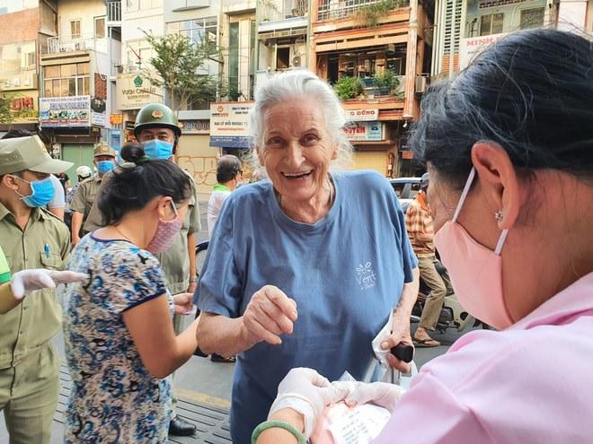 Niềm vui bất ngờ của người khách nước ngoài khi được tao tặng khẩu trang