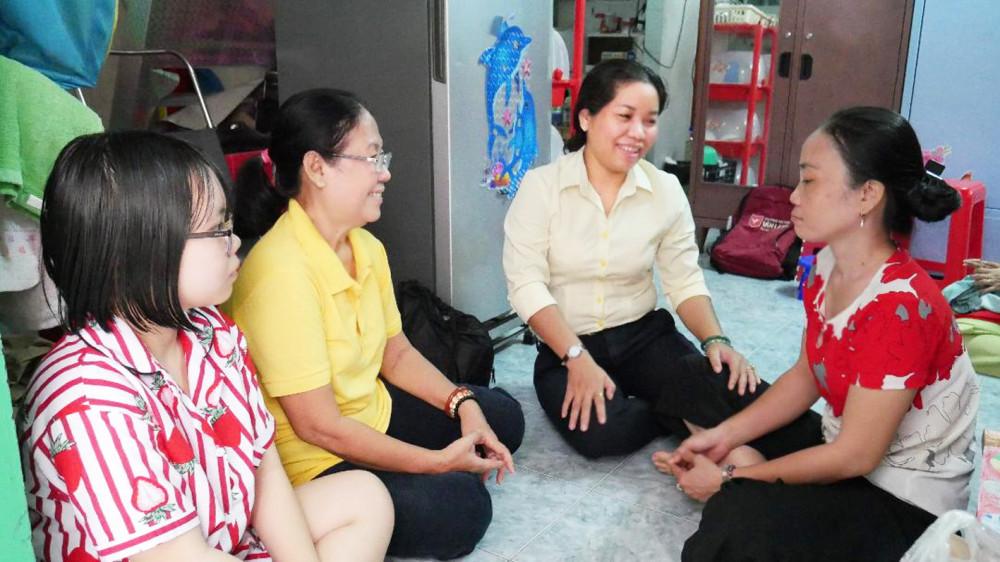 Hội LHPN P.1 và chi hội phụ nữ khu phố đến thăm, động viên chị Cúc và con gái