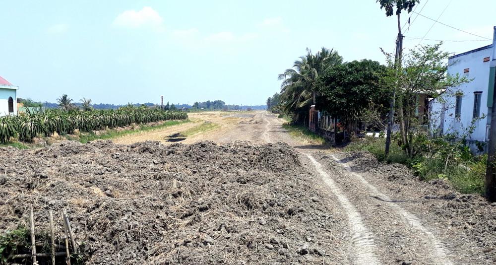 Một mảng ruộng vừa được cạo lớp đất phù sa xong