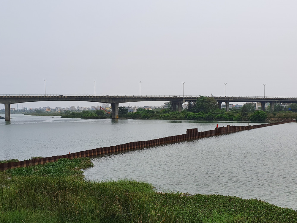 Tuyến đập tạm ngăn mặn số 1 đã được xây dựng trên dòng chính của sông Cẩm Lệ nhưng không đủ sức chống mặn thâm nhập sâu