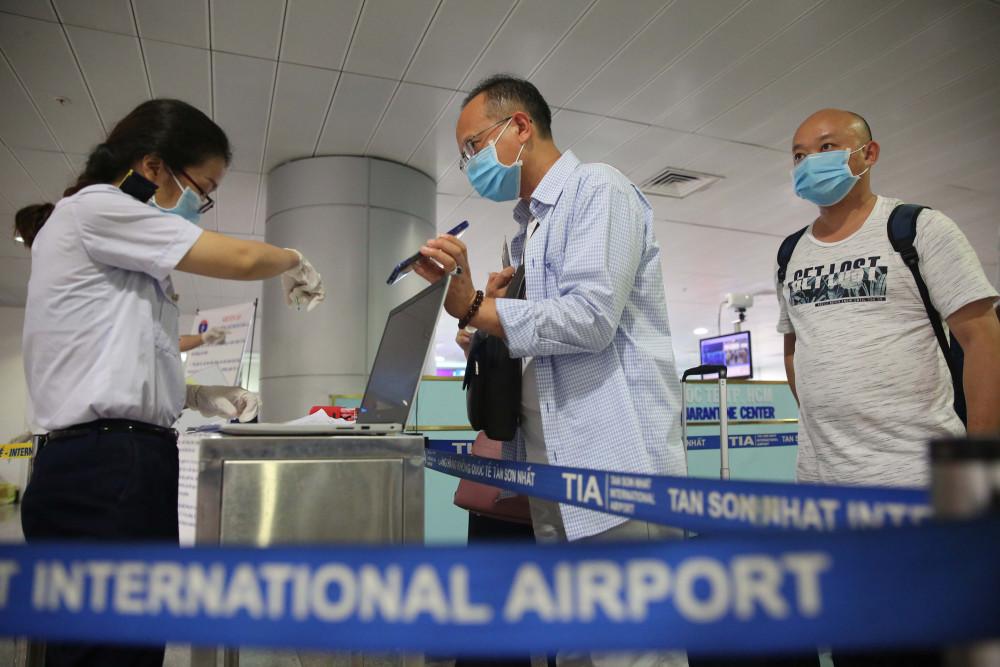 Người nước ngoài khai báo y tế sau khi nhập cảnh tại sân bay Tân Sơn Nhất