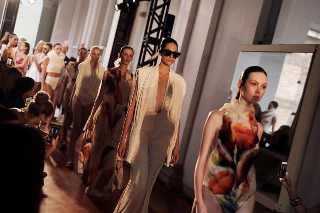 Nhiều tuần lễ thời trang và các chương trình ra amtws bộ sưu tập mới của hãng mốt tiếp tục bị hủy bỏ.