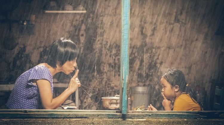 Mẹ có thể không bình thường trong mắt người đời nhưng luôn tỉnh táo để yêu con(Ảnh minh họa)