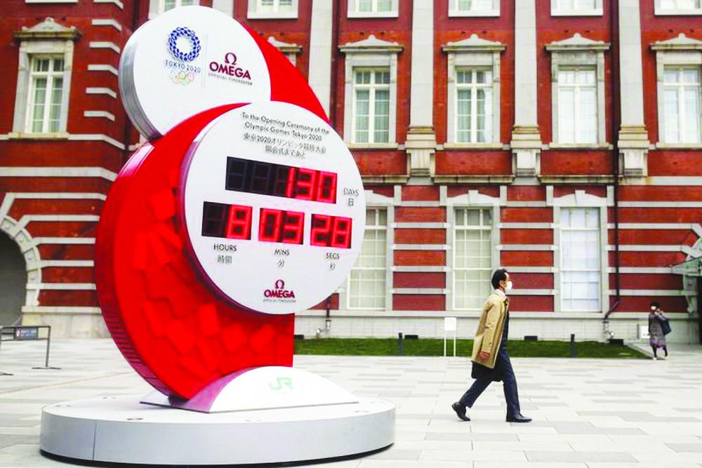 Một chiếc đồng hồ khổng lồ hiển thị thời gian đếm ngược đến Thế vận hội Olympic Tokyo, bên ngoài ga Tokyo vào thứ Hai 16/3 - Ảnh: Reuters