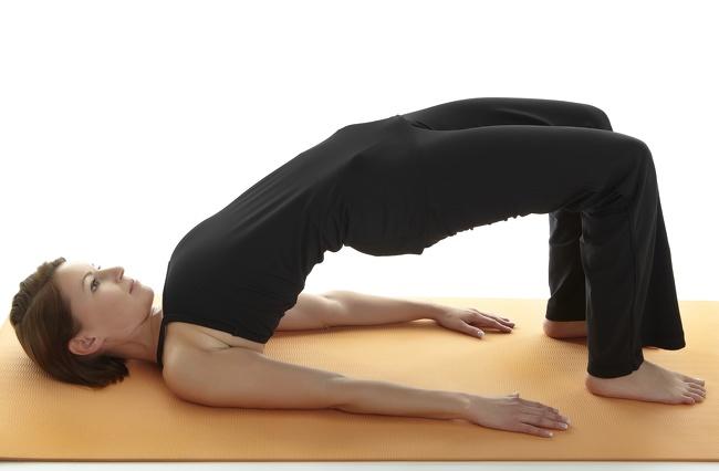 4. Tư thế cây cầu: Tư thế này có hiệu quả trong việc nhắm mục tiêu vào các khu vực sau: hông, bụng, chân và mông.