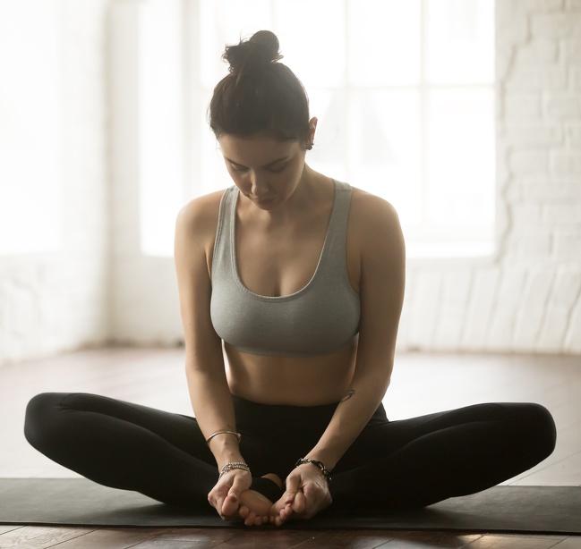 6. Căng đùi trong: Động tác này giúp căng cơ đùi trong và cơ háng.