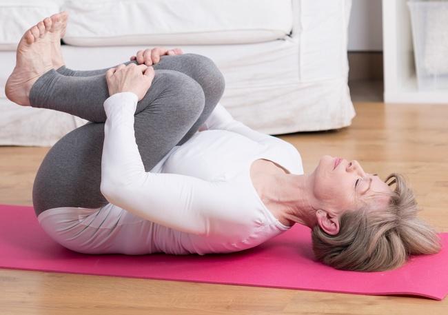 7. Bóp đầu gối: Động tác này giúp căng cơ bắp trên, giữa và dưới của bạn
