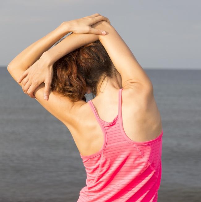 8. Kéo căng cơ vai gáy: Bài tập kéo dài này nhắm vào lưng, vai, cơ vai gáy và thậm chí là cơ bụng của bạn