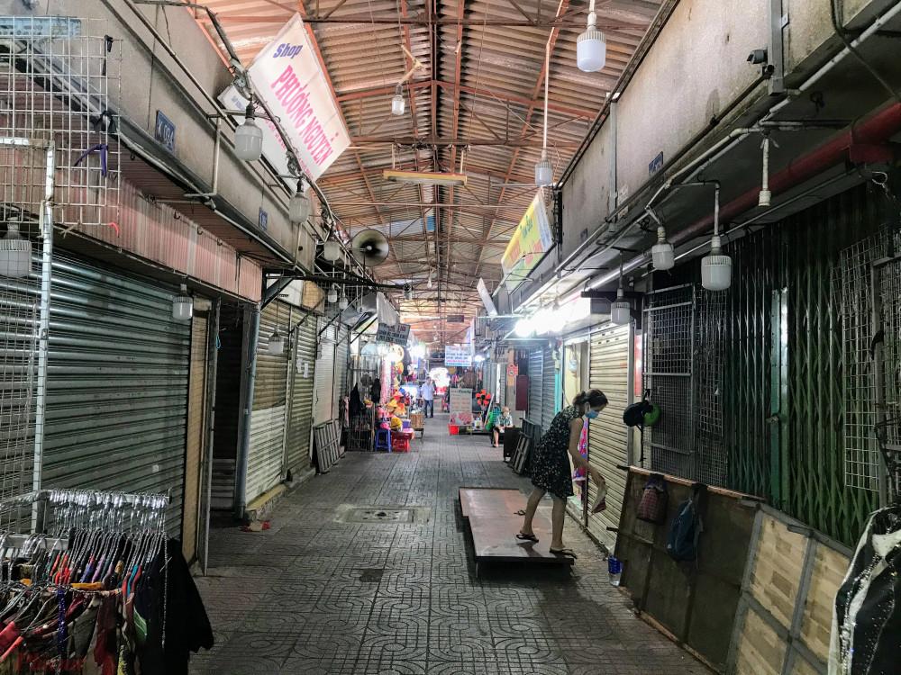 Dạo một loạt các khu chợ truyền thống tại TPHCM như Phạm Văn Hai (quận Tân Bình), Nguyễn Văn Trỗi (quận Phú Nhuận), Tân Định, Bến Thành (quận 1), An Đông (quận 5),… hơn 10h sáng khá vắng vẻ, nhiều sạp chưa mở cửa đón khách, nhiều sạp treo biển cho thuê/sang lại sạp trong mùa dịch COVID-19, khi người dân hạn chế ra đường, đến nơi đông người.