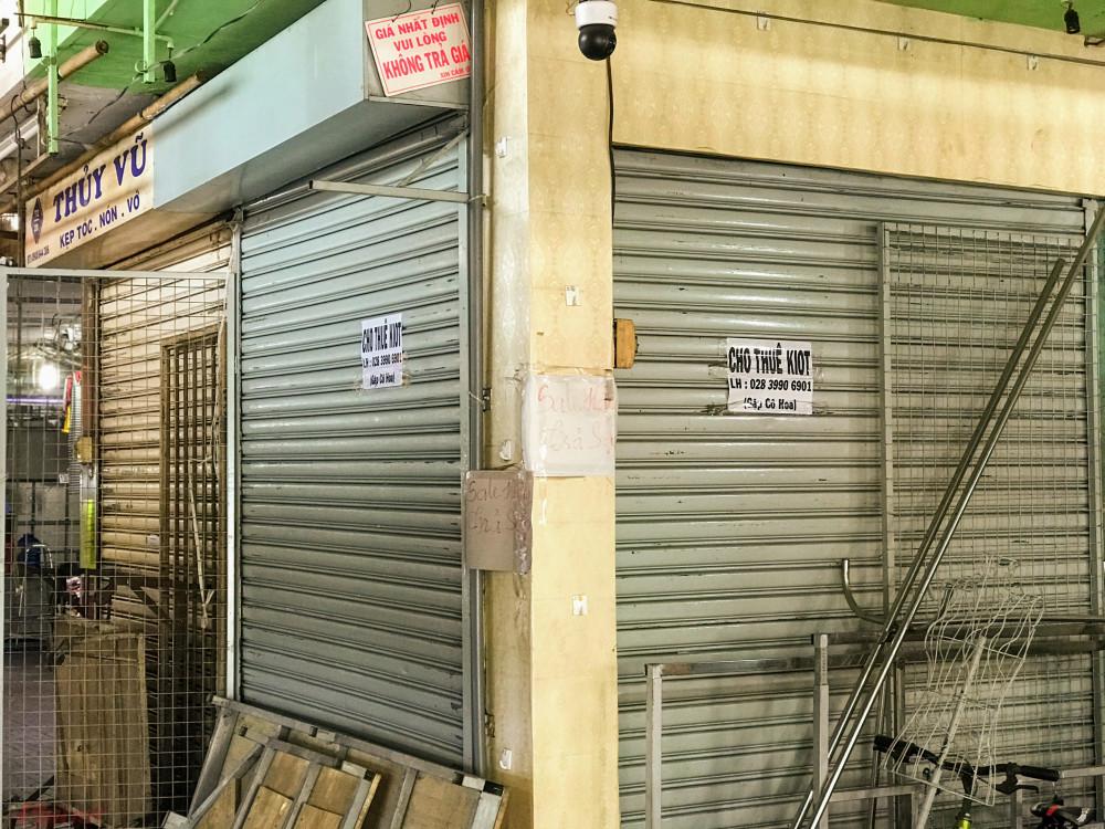 Bên trong khu vực chợ Phạm Văn Hai (quận Tân Bình), đang dọn hàng mặc dù đã sắp trưa, các tiểu thương tại đây cho hay kể từ sau Tết, đặc biệt sau khi liên tục xuất hiện thêm nhiều ca nhiễm mới, người dân hạn chế ra đường, đến nơi đông người, không riêng vì thương nhân trong chợ này mà hầu hết các chợ khác cũng thê thảm vì không có khách.