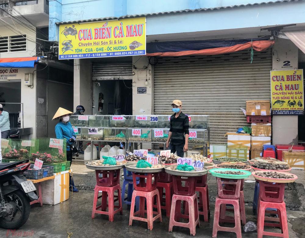 Theo quan sát của pv, đa số các tiểu thương kinh doanh mặt hàng thời trang bên trong chợ Phạm Văn Hai khá đìu hiu, các sạp thời trang bên ngoài còn có lát đát vài khách, hoặc đong nhất vẫn là hàng tươi sống, rau củ quả, thuỷ sản bên ngoài khu vực chợ.