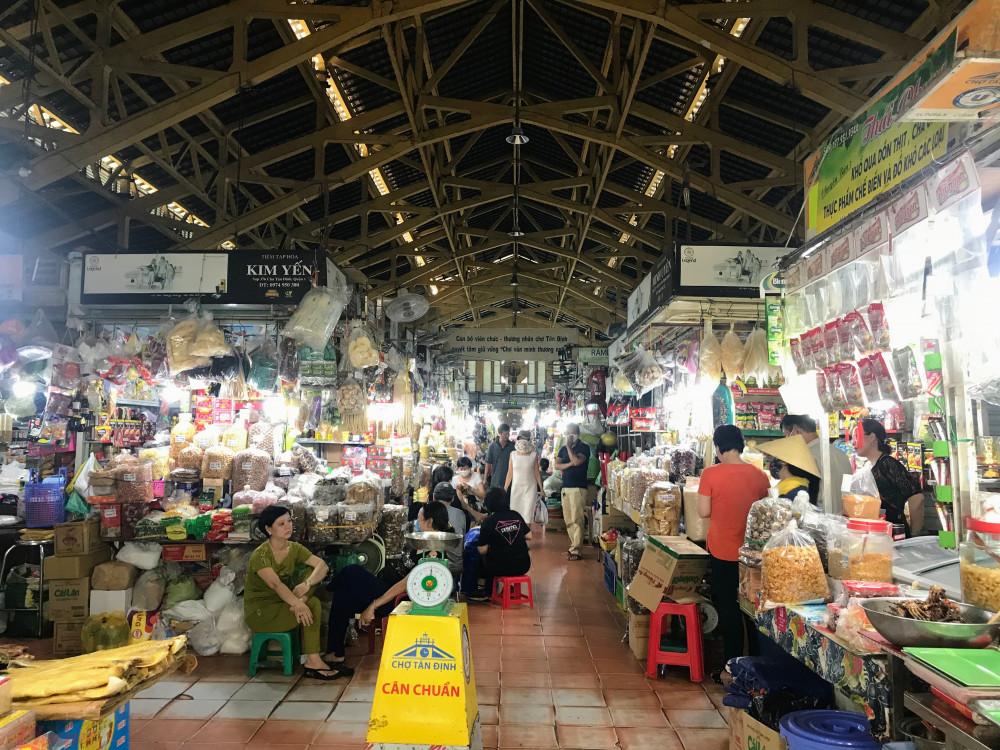 Còn tại chợ Tân Định, khoảng gần 11h trưa nhưng bên trong khu vực chính của chợ khá đông đúc nhưng chủ yếu là người bán ngồi buôn chuyện thay vì khách đến mua hàng, số ít một vài hàng thực phẩm đồ khô, gia vị, rau xanh, cá thịt bên ngoài ghi nhận là khá đông khách.