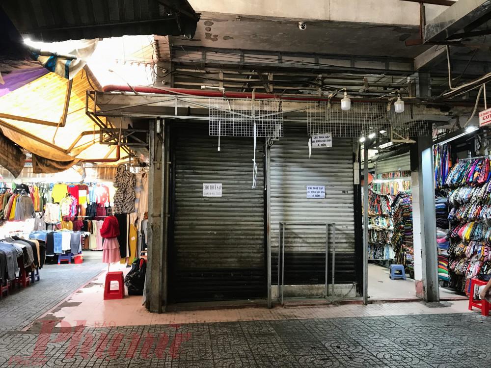 """Một tiểu thương tên Oanh, kinh doanh mặt hàng giày dép cho biết, trước đây ngày còn bán được 200.000-300.000 đồng/ngày, nhưng khoảng hai tuần nay thì khách """"mất hút"""". Khách """"mở hàng"""" trả giá hoà vốn thậm chí lỗ 10%-20% cũng bán chứ giờ ế quá rồi, chị nói."""