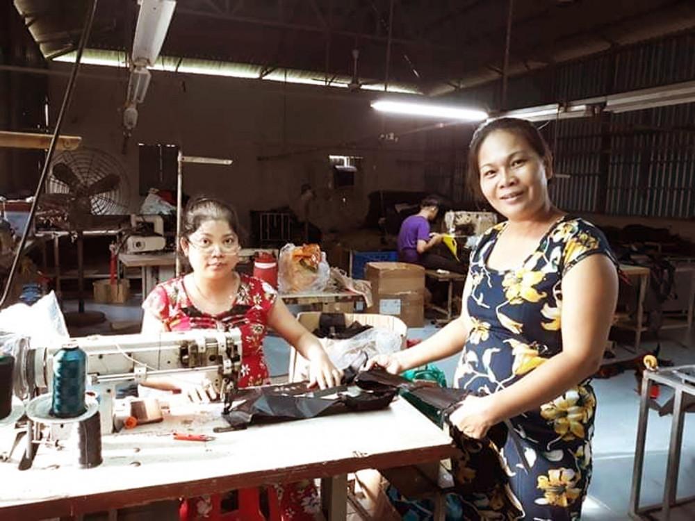 Bà chủ Nguyễn Thị Thanh Bình trong xưởng may ba-lô, túi xách
